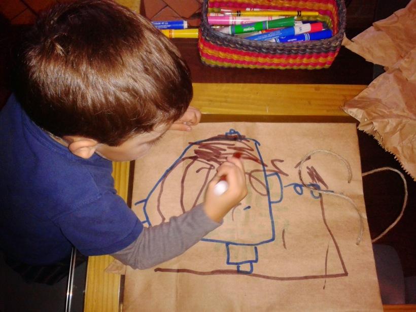 Recortando y pintando bolsas de papel